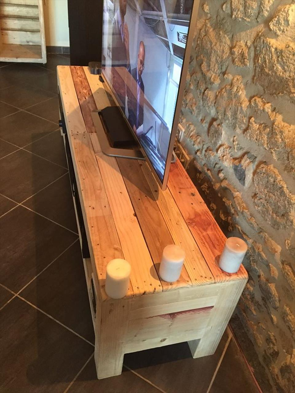 Recycled pallet xl size media stand