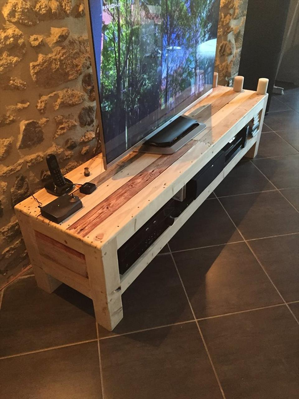 Reclaimed pallet xl size media stand