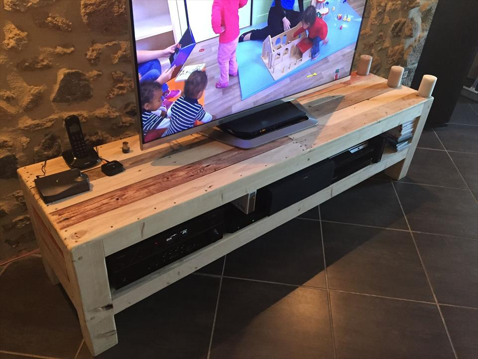 Repurposed pallet xl size media stand